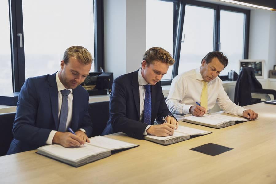 Skoon Energyの共同設立者Daan Geldermansは、 Skoon Energyの創設者であるPeter Paul van Voorstは、 Arnout Damen、CCO、Damen(写真:Damen)
