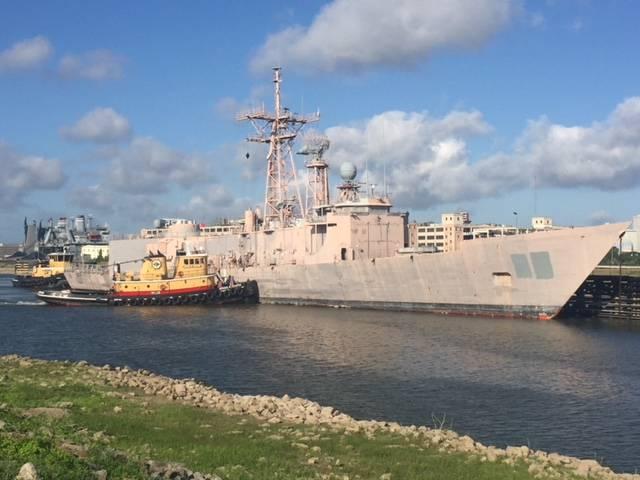 USS Doyle(FFG-39)はフィラデルフィアからニューオーリンズへの最終航海を締結しました。ここで解体とリサイクルが行われます。 (写真:EMR)