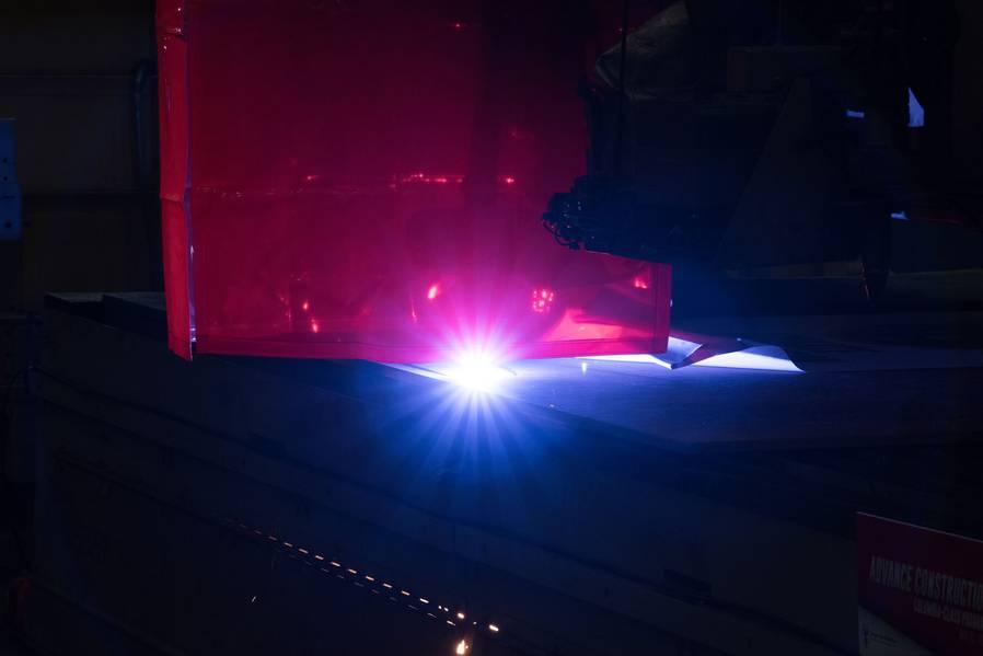Una máquina de combustión de plasma corta la primera placa de acero que se usará para construir el misil balístico submarino Columbia (SSBN 826). Foto por Matt Hildreth / HII