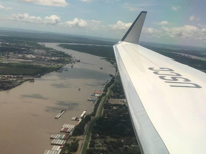 """Volando a Nueva Orleans con el almirante Karl Schultz, Comandante, USCG, ofrece una """"vista de pájaro"""" sobre el robusto y diverso negocio en y alrededor del río Mississippi. Foto: Greg Trauthwein"""