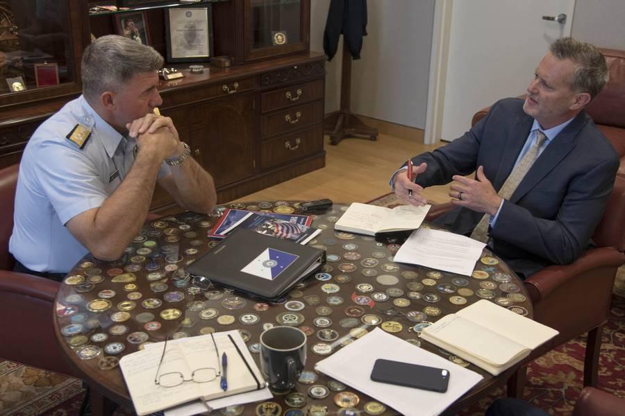 El almirante Karl Schultz, comandante de la Guardia Costera de la Guardia Costera de los EE. UU., Y Greg Trauthwein, editor de Maritime Reporter & Engineering News. Foto: USCG