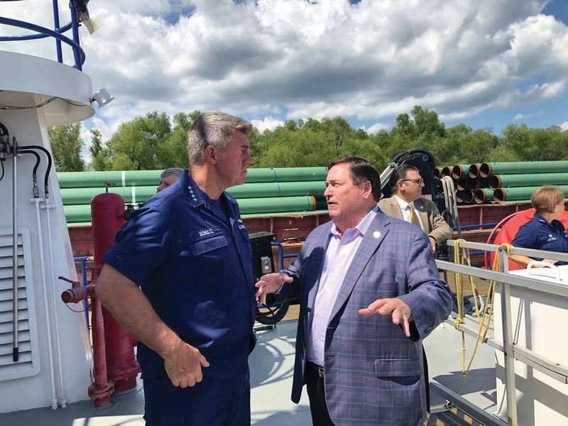 El almirante Karl Schultz, comandante, USCG, discute la situación en el Río Lower Mississippi con el Vicegobernador Billy Nungesser - Estado de Louisiana. Foto: Greg Trauthwein