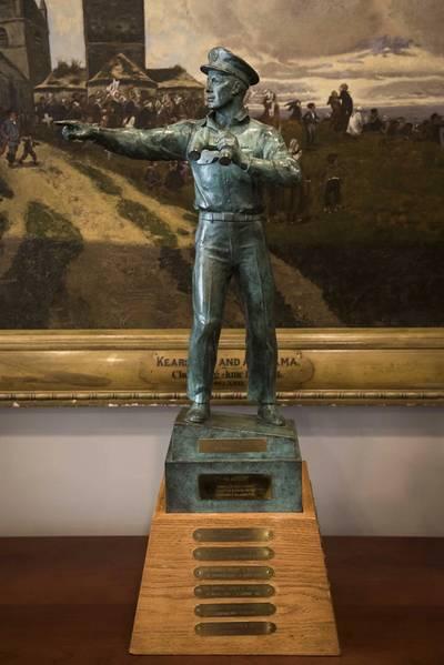 El almirante Phil Davidson, comandante del Comando del Indo-Pacífico de EE. UU., Derecha, y el almirante Kurt W. Tidd, comandante del Comando Sur de los EE. UU., Posan con el Premio Old Salt durante una ceremonia en el Pentágono. Davidson recibió el premio Old Salt, que está patrocinado por la Asociación de la Armada de la Superficie (SNA) y se otorga al oficial de servicio activo en servicio más prolongado que esté calificado como oficial de guerra de superficie (SWO). (Foto de la Marina de EE. UU. Por el especialista en comunicación de masas de 2da clase Paul L. Archer / Lanzamiento)