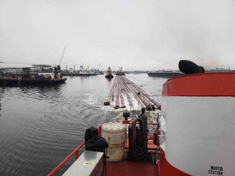 P & L transportando equipamentos de dragagem na Mayaca Locks. Tug Rikki está rebocando e Tug Heidi está de cauda.