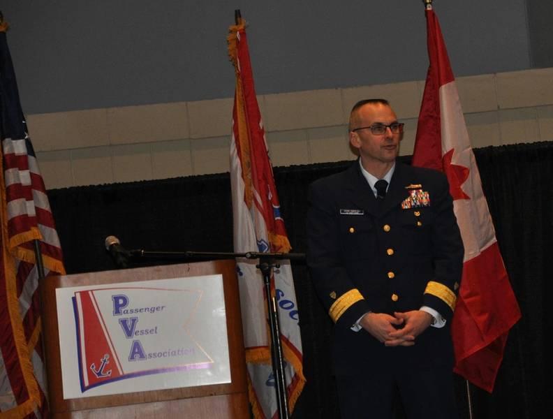 El contraalmirante John P. Nadeau, comandante adjunto para la política de prevención, guardacostas de los Estados Unidos.