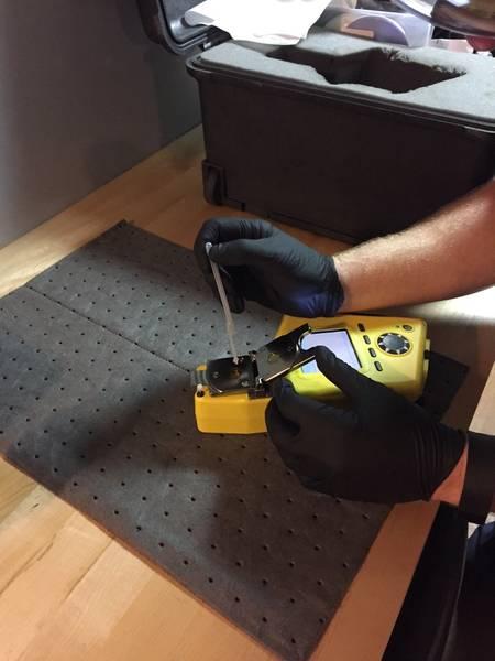 El dispositivo de mano FluidScan solo requiere una sola gota de aceite para la prueba (Foto cortesía de USCG)