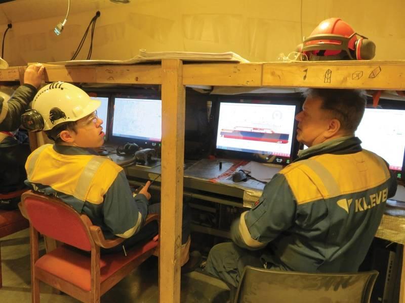 El personal de Kleven Verft verifica el funcionamiento de la sala de control del motor principal a bordo del MS Roald Amundsen, actualmente en construcción en el patio de la empresa. Foto: Tom Mulligan