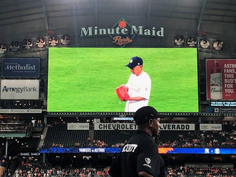 El presidente de Nippon Foundation, Yōhei Sasakawa, entrega el primer lanzamiento del juego MLB de los Astros de Houston en el Minute Maid Park en Houston, TX. (Imagen: Rob Howard / MarineLink.com)