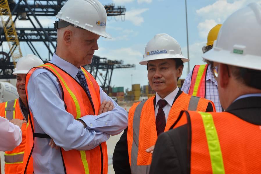El presidente ejecutivo de Port Everglades, Steven Cernak, y el presidente de ZPMC, Zhu Lianyu, hablan sobre el progreso de las mejoras en la infraestructura ferroviaria de grúas que ya está en marcha en los muelles de Southport. Crédito de la foto: Port Everglades del condado de Broward