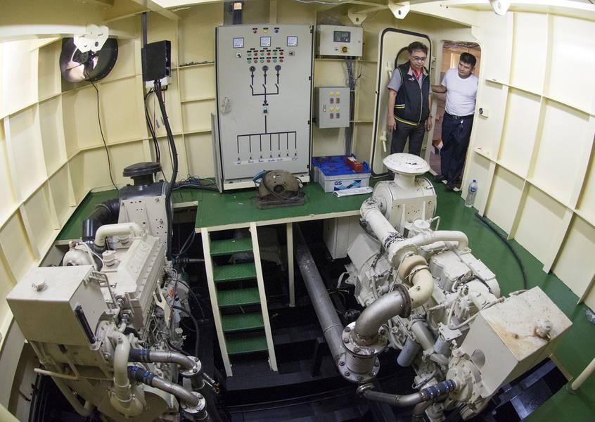 El representante de Cummins, Sathit Suwanprasert, revisa el grupo electrógeno Cummins 855 con el Capt. Mitr en la sala de máquinas de estribor. (Crédito de la foto: Haig-Brown / Cummins Marine)