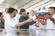 Building Director Admiral Jose A. Sierra shows to Mexican President Pena Nieto how the Voith Schneider Propeller works in a Voith Water Tractor tugboat, during the keel laying ceremony, celebrated January 2 in the Shipyard ASTIMAR 20. (Photo: Voith Turbo)
