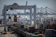 The Port of Savannah is poised to rapidly increase service to an arc of inland markets, from Atlanta to Memphis, to St. Louis, Chicago and the Ohio Valley. Key to expanding rail service is a $128M project linking Garden City Terminals two rail yards.   (Georgia Ports Authority / Stephen B. Morton)