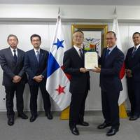 Ambassador Diaz of Panama presents the certificate (Photo: K Line)