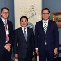 At the signing (L to R): Tommy Bjørnsen, Regional Manager Korea & Japan, DNV GL – Maritime, Mun-Keun Ha, Senior Executive Vice President, SHI, and Remi Eriksen, DNV GL Group President & CEO. (Photo: DNG GL)