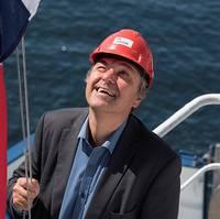 Director General of Shipping and Navigation, Olav Akselsen, hoisting the Norwegian flag during a flag change ceremony (Photo: Helga Maria Sulen Sund/Sjøfartsdirektoratet)