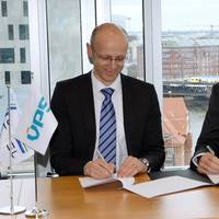 DNV GL & VPS signing Fuel Analytics solution - Büssow (left) and Rohaan (Photo: DNV GL)