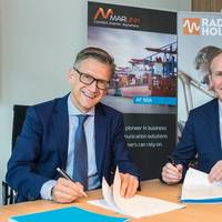 Erik Ceuppens (left) and Paul Smulders (right) sign the partnership agreement (Photo: Marlink)