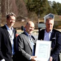 Hand-over of the GASA statement from DNV GL to Torgy LNG (from left to right): Pål Einar Spilleth (DNV GL), Magnus Lindgren (DNV GL), Sven Halvorsen (Torgy LNG), and Carsten Hagane (Torgy LNG). (Photo: DNV GL)