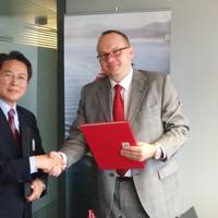 Jeon Jeong-chong, General Manager of KR's Convention & Legislation Service Team, with Robert Biwer, Commissioner for Maritime Affairs, Government of the Grand-Duchy of Luxembourg (Photo: KR)
