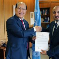 Jorge Barakat Pitty (right), Minister of Maritime Affairs of Panama, presented the country's instrument of accession to the Ballast Water Management Convention to IMO Secretary General Lim on October 19, 2016. (Photo: IMO)