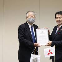 Kazuo Yamashita, Chief Executive, Japan – Bureau Veritas Marine & Offshore presenting AiP certificate to Naoki Ueda, Executive Vice-President, Mitsubishi Shipbuilding (Photo: Bureau Veritas)