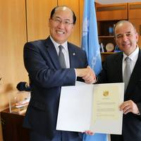 Kitack Lim (left) with Claudio de la Puente Ribeyro at IMO's London headquarters on June 10 (Photo: IMO)