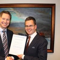 Knut Ørbeck-Nilssen, CEO of DNV GL – Maritime (left) with Mikki Koskinen, Managing Director of ESL Shipping Limited. Courtesy DNV GL