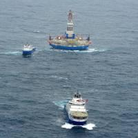 'Kulluk' & Tugboats: Photo credit USCG