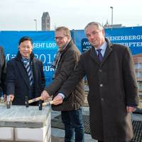 Laying the foundation stone for the new accommodation: Joachim Hagemann (MV WERFTEN), Colin Au (Genting Hong Kong), Ulrich Schönfeld (IPROconsult) and Thomas Beyer (Hanseatic City of Wismar) Photo courtesy SEBASTIAN KRAULEIDIS/MV WERFTEN