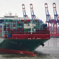 "One of the world's largest containerships, CSCL Globe (19,224 TEU). Efficiently loading and unloading ships of such dimensions presents challenges to ports. With its ""StowMan[S]"" software, INTERSCHALT helps liner operators to plan container storage positions, shortening unloading times and increasing the usable shipping volume. As the new majority shareholder, DPE will help INTERSCHALT to implement its growth strategy. (Photo: Hasenpusch Photo)"