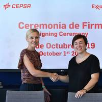 Pamela Skaufel, of Exxon Mobil, and Niurka Sancho, of Cepsa, during the signing of the agreement renewal. Photo: Cepsa