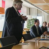 Prime Minister Erna Solberg in discussion with Group President & CEO Henrik Madsen (Photo: Magnus Dorati)