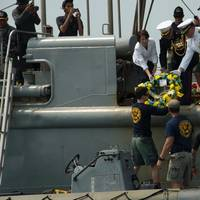 Wreath-laying: Photo USN