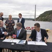YARA signs deal with VARD to build Yara Birkeland. L-R: President and CEO of YARA, Svein Tore Holsether; COO of VARD, Magne O. Bakke; President & CEO of KONGSBERG, Geir Håøy (Photo: KONGSBERG)
