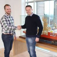 Yxney Maritme CEO Gjord Simen Sanna and SolstadFarstad Environmental Engineer Svein Erik Isaksen seal the MarESS deal.