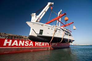 HHL Valparaiso lifting the 900 metric ton and 63.1 meter long megayacht M/Y Irimari into the sea (Photo: HANSA HEAVY LIFT)
