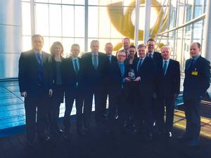 Peter Frederiksen, Member of the Executive Board of Hamburg Süd (front row r.), was presented with the 'Carrier of the Year 2015' award by Dominique von Orelli, Head of FCL Product & Capacity Management, DHL Global Forwarding (front row l.). (Photo: Hamburg Süd)
