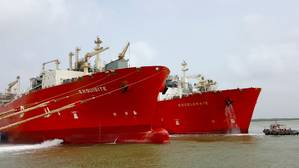 FSRUs Exquisite and Excelerate performing first ship-to-ship LNG transfer in Pakistan. (Photo: Excelerate Energy L.P.)