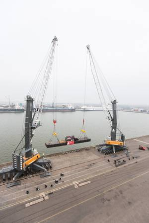 Two LHM 600s demonstrate their capabilities in Antwerp (Photo: Liebherr)