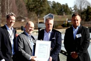 Hand-over of the GASA statement from DNV GL to Torgy LNG (from left to right): Pål Einar Spilleth (DNV GL), Magnus Lindgren (DNV GL), Sven Halvorsen (Torgy LNG), and Carsten Hagane (Torgy LNG). (Photo: DNV GL)