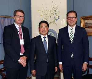 At the signing (L to R): Tommy Bjørnsen, Regional Manager Korea & Japan, DNV GL – Maritime, Mun-Keun Ha, Senior Executive Vice President, SHI, and Remi Eriksen, DNV GL Group President & CEO. (Photo: DNG GL)