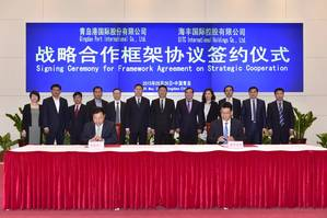 6th left Mr. Zheng Minghui, Chairman of Qingdao Port Group; 7th left Mr. Yang Shaopeng, Chairman of SITC