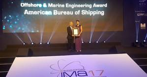 Singapore's Senior Minister of State for Transport Josephine Teo presented the Offshore & Marine Engineering Award to ABS Regional Vice President Thomas Tan. Photo: ABS