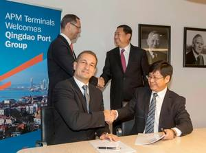 Left to right: Standing:  APM Terminals CEO Kim Fejfer and Qingdao Port Group Chairman Zheng. Seated: APM Terminals CFO Henrik Lundgaard Pedersen and Wang, Head of Business Development for Qingdao Port Group. Photo: APM Terminals