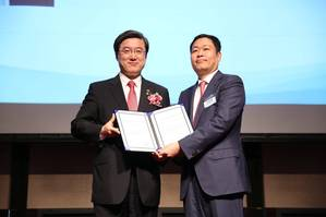 Eric Sung, President and CEO of Intellian receives World Class 300 certificate Photo Intellian