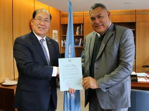 Kitack Lim (left) with Jitoko Tikolevu (Photo: IMO)