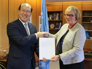 Lolan Margaretha Eriksson (right) with Kitack Lim (Photo: IMO)
