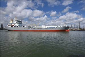 First fuel bunkering of a seaship. Rotterdam stimulates sustainable shipping and promotes LNG as fuel for shipping (Ries van Wendel de Joode) Photo Rotterdam Port