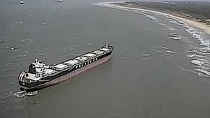 Stranded Bulk Carrier: Photo USCG