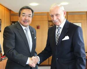 Sekimizu (left) and Swing pledged to work together on a number of specific actions, including the establishment of an inter-agency platform for information sharing on unsafe mixed migration by sea and the dissemination of information material on the dangers of such migration, in collaboration with other interested agencies. (Photo: IMO)